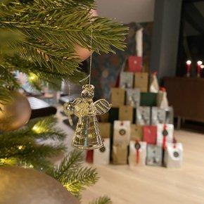 Glassengler på treet og barnas hjemmelagede adventskalender.
