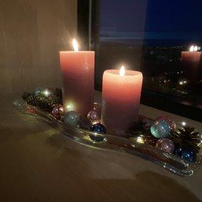 Julekulene skinne i lyset fra flammene. Kongler fra lerk.